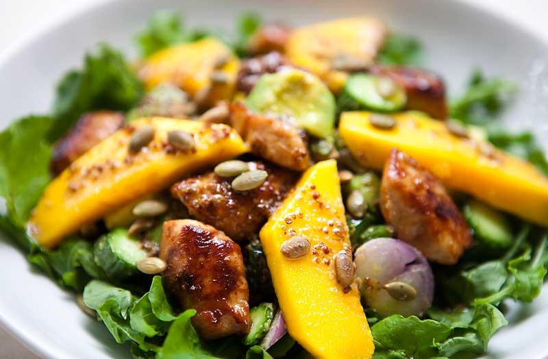 Салат из манго, авокадо и имбирной курицы