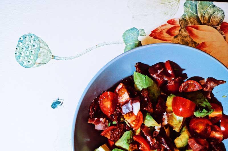 Салат из авокадо с сушеными помидорами