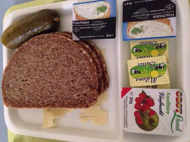 Суровый ужин с соленым огурцом в немецком роддоме. Фото: @kimjanevlad
