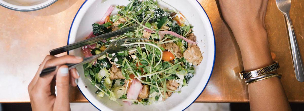 LCHF по-гречески: салат из баранины с йогуртом и хариссой