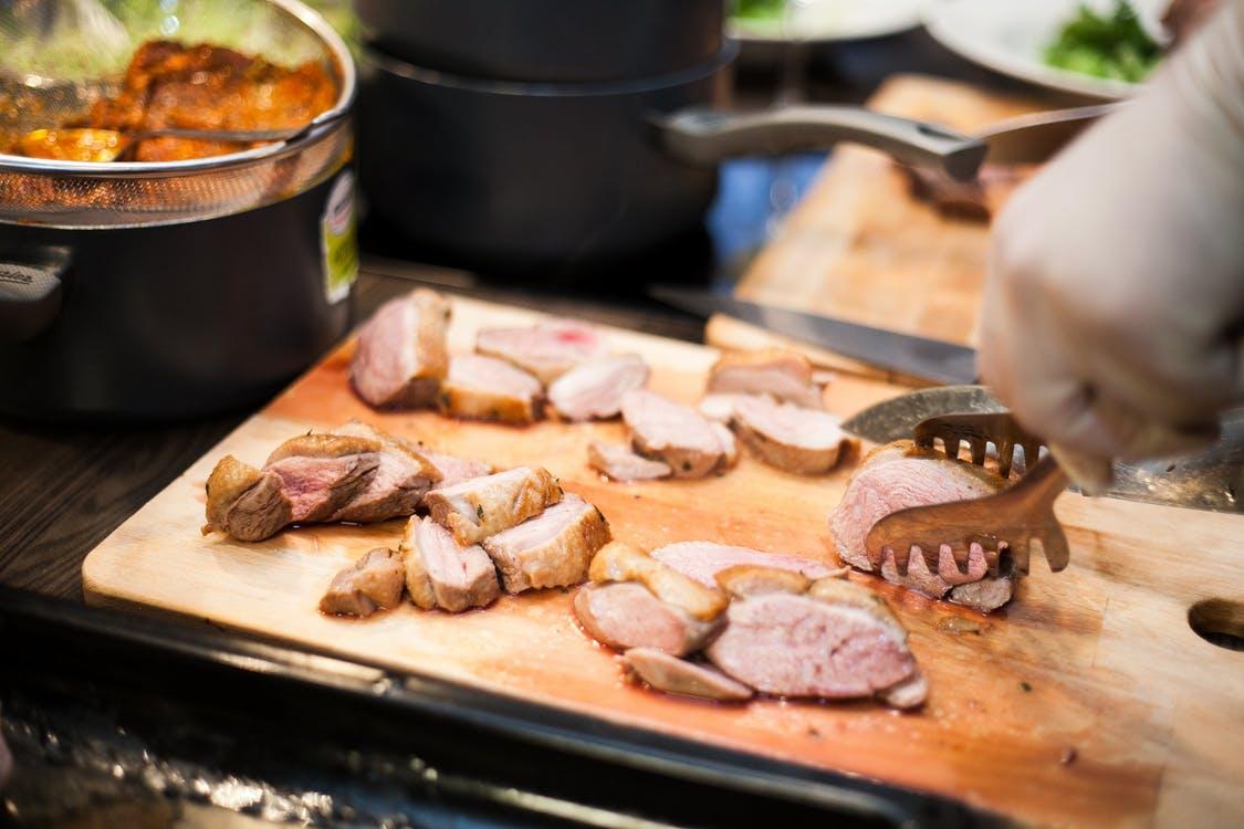 Праздничный кето-ужин: утиная грудка с грибами и шпинатом